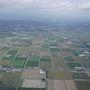 梅雨の時期で天気予報はいまいちで心配でしていましたが、眼下には北海道の畑の景色がきれいに見えてほっとしました。 飛行機だとあっと言う間に北海道です。