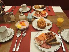 朝食:インターシティホテルミュンヘン  朝食はコンチネンタルブレックファストですがパンも多種多様で また必ずドイツ南部の名物,白ソーセージ(ヴァイスブルスト)が食せました。