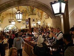 夕食:ホフブロイハウス  ビアホール内ではバンドの生演奏があり雰囲気を盛り上げてくれます