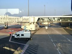 あいかわらずのCDG空港 狭くてね。。 ー CDG空港 狭すぎる。特にチェックインエリア。 T2(ターミナル2)行くのも カート押して行くんだけど どこかのエアラインのチェックインの列が 邪魔で とれないーー