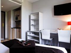 Résidence Hôtelière Temporim Part Dieu 93ユーロ  リヨンついたーー。  この26日って もう2ヶ月前からみていても 何処も満室。 TGVパール デュー駅近くで クーラーつき 冷蔵庫付きが この日のマストだったのです。イビスも駅の前にあったのですが イビス マキュールは 同じ値段で、ミニバーが無いのと 部屋が 19平米しかないんで 却下  レンタルカーの事務所は 駅の前にある ただ クルマは 駅より(レンタルカー会社から) あるいて 3分ぐらいのところ はーまた スーツケースが 邪魔ダーー
