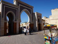 ルシーフ広場に着きました。 多くの人たちがこのルシーフ門をくぐりさらにメディナの奥へと進んで行っています。