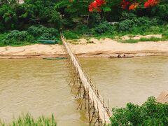 こちらはナムカーン川にかかる竹橋。これまた雨期にも関わらずかかってますね。  奥に有名なカフェがあるけど、結局渡らず、行かず。暑いと「せっかく」魂が死ぬ。せっかく来たんだから行こうみたいな気持ちが消えるね…暑さを憎むよ。   えっと、何の話だっけ。