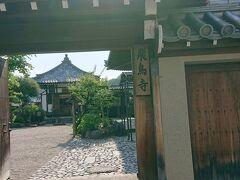 次に向かったのは飛鳥寺。  車で、細い道を通って行きます。 奈良の道は、お寺に続く道などが、細い道が多いような気がします。 慣れていないと、車の運転が大変です。