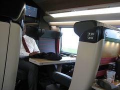 モンサンミッシェルへ  7時35分発の電車に乗る。トランクはドアの前の棚に置いた。最初、電車の入り口にある置き場に置いたが2階にもあったので移した。 席はあらかじめ日本で予約していた12両目の2階席シート番号111番ファーストクラス(49ユーロ)。料金は条件によって変わるようだ。左側が一人ずつの座席、右側が2人だったり、4人だったりしている。入り口ドアの上にディスプレイがあり、停まる駅や時間などの運行情報が表示される。座席にはコンセントとLAN回線がある。