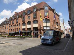 Crowne Plaza Brugge.  本日のホテルです。ブルグ広場(Burg Square)に位置するホテルです。 地下駐車場(1日28ユーロ)にレンタカーを入れました。  午前6時 フランス国カンカル出発。 午後1時35分 ベルギー国ブルージュ着。  途中、トイレ、給油、昼食休憩。 走行距離: 618 Km ※ViaMichelinによる。 有料道路代金: 実績27ユーロ。 ※ViaMichelinによる事前計画では、有料道路代金は、26.40ユーロでした。  途中のノルマンディー地方では、霧にあいました。 1944年6月6日のD デイの時も、「霧につつまれていたのではないか?」と、思いをはせながらのドライブでした。