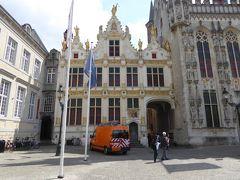 Stadhuis.(その1)。 市庁舎。  市庁舎の建物。この建物に空いている通路を通って、有名な写真スポットの近くのボート乗り場の方へ歩きました。