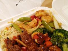 """第2日の晩ごはん 中華の持ち帰り専門店""""Panda Express""""は、夜や昼でお世話になりました。 主食(ライス、チャーハン、焼きそば)におかず3種類をチョイスしてこのボリューム。これで$15です。"""