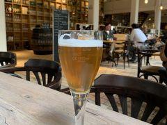 """De Halve Maan.(ブルージュのビール醸造所)  運河クルーズのあとは、歩いてこのビール醸造所へ来ました。  Brugse Zot Blond.(3.50ユーロ)。 喉が渇いて仕方なかったので、ビール工場のツアー前に一杯やりました。 ちなみに、""""Zot""""とは、英語では""""Crazy""""という意味とのこと。"""