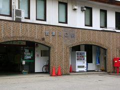 会津川口駅 只見線は会津若松から、新潟県魚沼市の小出駅までを結んでいるのですが、2011年7月の新潟・福島豪雨により会津坂下~小出が不通に。その後復旧した区間もありますが、会津川口-只見間は現在も不通のままで、同区間は代行バスが運行されています。なので、会津若松から只見線に乗ると、今はこの会津川口駅が終点ということになります。