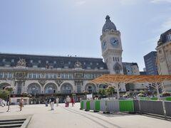 これがパリ・リヨン駅、大きな時計台が目印  2009年6月にパリを訪れ、CDGからモンパルナス行きの空港バスを利用した際、ここにも途中停車したので覚えている  この駅については情報も少ないので改めて別記事で紹介します