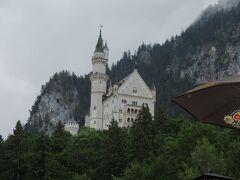 昼食の後はいよいよノイシュバンシュタイン城です。 レストランの横からその姿が見えています。