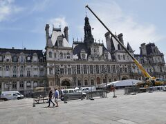 次にパリ市庁舎を訪れたがここも何やら工事中だった  パリも景気回復の手段なのか至るところが工事中だった