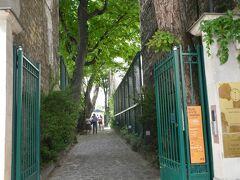 ここがロマン主義博物館(Musée de la vie Romantique )  狭い間口を通り抜けると受付の人がいた。特別展は有料だが常設展は無料だった