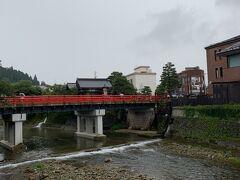 陣屋の目の前には、有名な中橋があります。