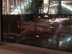 夜中の1時前、羽田空港に到着~ 外は雨。。。寒~い。 事前に予約したリムジンバスで帰りました。