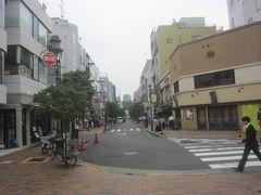 そして、門の外には広尾の商店街が続いています