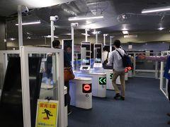 成田空港の入国審査は、一部工事中でパスポートの画像照合装置が導入されていた。