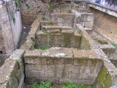 ベッリーニ広場のギリシャ時代の城壁の跡。