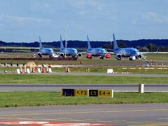 空港の誘導路上には、運行停止を余儀なくされているであろう、B737 MAX8が留置されていました。 塗装からして、ドイツ本拠のツアー御用達航空会社、TUIです。ここはこの機種をたくさん保有しているので、大変らしいです(置き場所にも)。