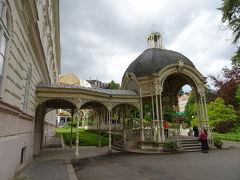 サドヴァー・コロナ-ダ Sadová kolonáda  英語表記で、ドヴォジャーク公園に隣接している為か、Park Colonnadeと地図には記されている。ドヴォジャークとは、チェコ語でいうドヴォルザークのこと。チェコが誇る音楽家の一人。1881年に建設されたサドヴァー・コロナ-ダは、薄いブルーの円形のドームがとてもかわいらしく印象的で、装飾が美しいことでも有名です。