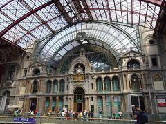 アントワープ中央駅は、ヨーロッパの駅の中でも美しいといわれる駅・・ 電車を降りて・・広がる景色に驚きます。 広く高く明るいとドーム型の天井から光が降り注いでいます。 1895年から、10年間かけて作られたそう。 歴史に残る建造物は時間がかかってるのですね。