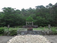 先ほどの霧島神宮は移設されてきたもので、その前はここ。 ここも噴火に伴って移設されてきたものです。  手前の高千穂河原ビジターセンターで、いろいろと勉強できます。