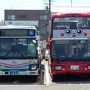 """旅の出発地点は三崎口。城ヶ島直行ながら、通常の路線バスと違うルートを通って車窓からの風景を楽しみましょうと言う""""特別仕立て""""のバスがあると知り、迷わずチケットをゲット。 バスの名前は「オープントップバス」(みなとみらい地区では青い車体で運行)。2階建てだから流石にのっぽ。  https://www.keikyu.co.jp/information/otb/index.html"""