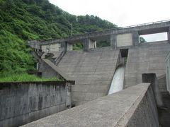 まつだい駅から10分程走って城川ダムへ。 堤長85m、堤高21mのコンパクトな重力式コンクリートダム。 河川維持や洪水調整、飲料水確保を目的に1997年に完成。 中央部から絶賛越流中!!