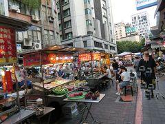 ホテルで荷物を置いてから、すぐ近く、というか、裏の夜市へ  雙城街夜市 Shuangcheng Street Night Market  あまり大きくない夜市で、観光客相手でないので、ゲームや子供用品、土産のお菓子などは売ってなくて、シンプルに食べるだけ、でした。地元のお勤め帰りの人がこの夜市で沢山買っています。弁当を買う人が多い・・  各屋台には番号がついていて、ステンレス?金属の皿もスプーンも新しいです。食器が使い古した感がしないのが気に入りました。どこの店も同じものでした。
