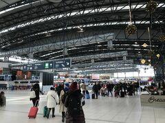 プラハ中央駅からバスで約30分、プラハ空港に到着です。 正式には「ヴァーツラフ ハヴェル プラハ国際空港(PRG)」  バスは30分に1本(だったかな?)で、50CZKを運転手さんに払えば乗れます。