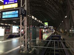 電車で2,3駅でフランクフルト中央駅へ。  ヨーロッパの電車の乗り方にだいぶ慣れてきました。  今日はフランクフルト中央駅から徒歩数分のホテルに。  ところが、駅から出ると、あんまり治安は良くありません。 駅から大通りを一本挟んだ場所にホテルがあるのですが、 道路を渡ると黒人がチラホラ。  後から調べてわかったのですが、クスリのやり取りなんかも行われいるそうです。  ホテル自体は清潔でとても良かったですが、女性だけでの訪問はあまりお勧めできない場所かと思います。  この日は近くの中華料理屋で適当にご飯を食べ、早めに就寝しました。  https://4travel.jp/travelogue/11520128