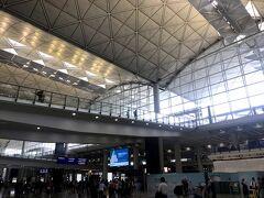 バスに乗って10分ほどでついに香港国際空港に到着! 香港国際空港はとても広く色々なお店があるので、フライト3時間半前には到着しました。(バスの時間も読めなかったし。) 早々にチェックインを済ませ、お昼ご飯!