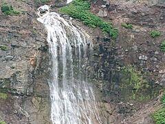 流れているのは温泉だそうで、下の石が硫黄のように黄色くなっているのが分かります。