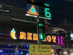 一通りジャンクセイロンを見た後はバングラ通りを歩いて晩ごはんのお店へ移動。 信号がカラフルね~
