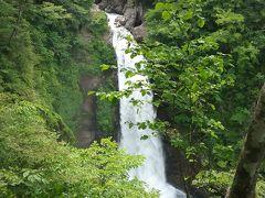 神奈川県からはるばる宮城県までバスのみで移動の旅。 車中退屈かと思いきや、あっという間に仙台南のインターチェンジ。 最初の観光は、『秋保大滝』です。 連日の雨で水量多く、迫力ありました。