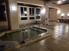 で、温泉はこちら。 老神温泉 観山荘 到着する前にちょっと調べたら 検索候補に「老神温泉 観山荘 心霊」って 出ちゃったの。 もう怖くてね、それ以上は調べないまま到着。 大型のホテルで、エントランスは和風で素敵です。 しかし、どことなく廃墟感が・・・  肝心のお風呂はアルカリ性単純温泉ですが、 さっぱりとした癖のないお湯で、 内湯はかなり熱めで露天風呂はぬるめでした。 割と広いのですが人気がないのが怖くて 皆出て行ってしまったので慌てて私も出ました(笑) こちらが内湯。