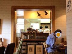 この後は、近くの草津温泉でも行こうか~ 以前に入ろうと思っていた大阪屋さんが 今回も時間が合わずに入れなかったのでやめて 北軽井沢へ向かいます。 ランチはハコニワ食堂さんで。 若いご夫婦(?)が仲良く頑張っているお店で 小さいですがオシャレな感じ。 お昼時で生憎満席だったので30分くらい お隣にある市場で時間を潰しました。 電話で呼び出してくれるので安心です。