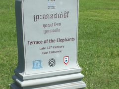 続いて象のテラスです。広場の三方を囲む様に、有りました。 残る一辺は道路に面しています。