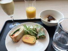 伊丹では朝食抜きだったので、娘のおかげでJALのラウンジで軽めに食事。   朝から泡ですか!  有名なカレーも少し味見。 飛行機で昼ご飯がすぐに出るから、 もっと食べたかった。残念!