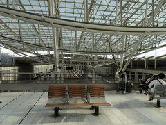空港はパリ祭の日で、夕方なのに、 海外からの人が沢山! 夜の花火を見るのかしら?端まで移動。 やっとTGV乗り場に着きました。暑い! 駅にはピアノ。弾いている人あり。 一台早いTGVに乗りたかったが、 空港は人が多く、移動にも時間がかかり、出たあと。やはり無理だった。 待つ時間に余裕ありすぎでしたが、 これで正解!