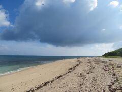 7月12日 黒島3日目 朝 8:38 黒島の西の端 保慶海岸を西の浜に向かって歩いている ここは、1500mの砂浜の海岸 プライベートビーチ