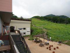 ゴンドラの山側にはレストラン含む複合施設、目の前のゲレンデが植物園になってます。