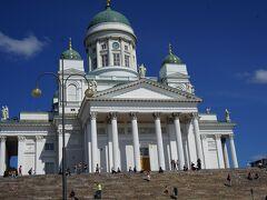 1番の目的が済んで、お腹が減ったし、 お天気が良いので、ヘルシンキ大聖堂を見に向かいながら お昼にします。 大聖堂、お天気が良いので、 なおさら美しく見えます。