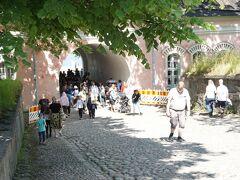 スオメンリンナ島に到着。 門?トンネル?をくぐって、 島内を散策します。