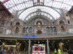 ブリュッセルから電車で約40分で、アントワープに到着します。  中央駅はまさに芸術作品。少し見学する時間を取ることを強く推奨。