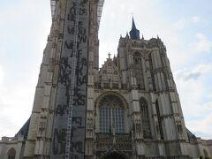 ノートルダム大聖堂。  観光には少し早すぎたようで、オープンしていなかったため、周囲を巡ってみることにします。