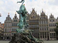 市庁舎の前に建っているのがブラボーの像。  ベルギーに伝わる伝説に登場する巨人のローマの戦士。 「ブラボーの物語」には、巨人アンティゴーンを倒したブラボーが、巨人の右手を投げ捨てたと書かれています。  hant(手)+ werpen(投げ捨てる)=(h)antwerpen  これが町の名前の由来なのだそう。