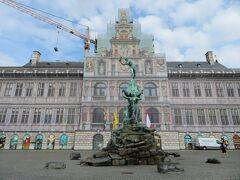 アントワープの市庁舎。  市庁舎もノートルダム大聖堂も補修中。 数年後にもう一度来ると完成していますかね。  ヨーロッパは最近あちこち補修が増えているように思います。