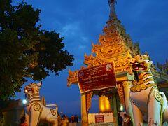 """ひょうたんの形をしたという意味を持つ""""BUPHAYA""""の入り口を守るのは、真っ白なシンハ(獅子)像。"""